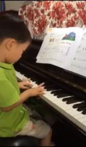 el plays piano